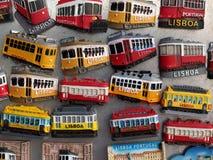 Kolorowi tramwajowi magnesy w Lisbon na desce obrazy stock