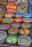 Kolorowi turecczyzn naczynia w Uroczystym bazarze Istanbuł, Turcja Obraz Stock