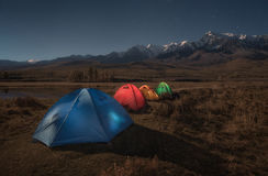 Kolorowi turystyczni namioty na tle jesieni góry krajobraz Fotografia Royalty Free