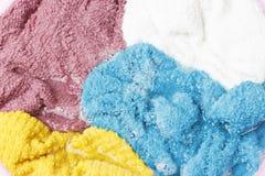 Kolorowi ubrania myli z basenem z mydlanymi bąblami, w górę, odgórny widok zdjęcie royalty free