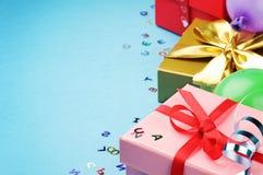 Kolorowi urodzinowego prezenta pudełka obrazy stock