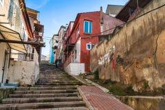 Kolorowi utrzymanie domy wzdłuż kamiennego schody Zdjęcie Royalty Free