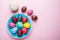 Kolorowi Wielkanocni jajka i Wielkanocni chlebowi atrybuty Wielkanocny świętowanie Różowy tło obraz stock
