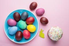 Kolorowi Wielkanocni jajka i Wielkanocni chlebowi atrybuty Wielkanocny świętowanie Różowy tło zdjęcie royalty free