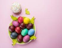 Kolorowi Wielkanocni jajka i Wielkanocni chlebowi atrybuty Wielkanocny świętowanie Różowy tło fotografia stock