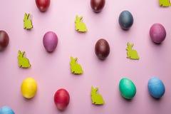 Kolorowi Wielkanocni jajka i drewniani Wielkanocni króliki jak atrybut Wielkanocny świętowanie Różowy tło fotografia royalty free