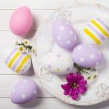 Kolorowi Wielkanocni jajka i kwiaty pole w talerzu Fotografia Royalty Free