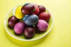 Kolorowi Wielkanocni jajka jako atrybut Wielkanocny świętowanie na koloru żółtego talerzu fotografia stock