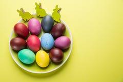 Kolorowi Wielkanocni jajka jako atrybut Wielkanocny świętowanie na koloru żółtego talerzu obrazy stock