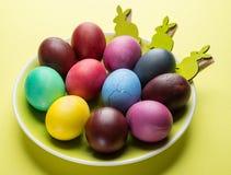Kolorowi Wielkanocni jajka jako atrybut Wielkanocny świętowanie na koloru żółtego talerzu zdjęcia royalty free