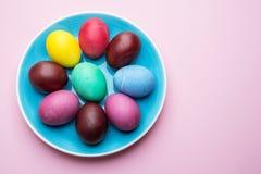 Kolorowi Wielkanocni jajka jako atrybut Wielkanocny świętowanie Różowy tło zdjęcie stock