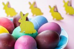 Kolorowi Wielkanocni jajka jako atrybut Wielkanocny świętowanie Różowy tło obraz stock
