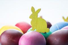 Kolorowi Wielkanocni jajka jako atrybut Wielkanocny świętowanie Różowy tło zdjęcie royalty free