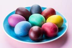 Kolorowi Wielkanocni jajka jako atrybut Wielkanocny świętowanie Różowy tło zdjęcia royalty free