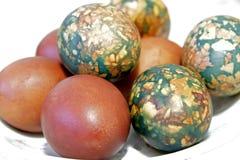 Kolorowi Wielkanocni jajka na bielu talerzu umieszczającym rozsypiskiem Obraz Stock