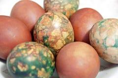 Kolorowi Wielkanocni jajka na bielu talerzu umieszczającym rozsypiskiem Zdjęcie Stock