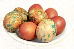 Kolorowi Wielkanocni jajka na bielu talerzu umieszczającym rozsypiskiem Zdjęcia Royalty Free