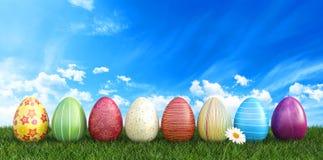 Kolorowi Wielkanocni jajka na trawie z chamomile kwitną tło Obraz Royalty Free