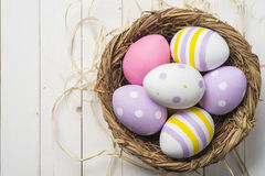 Kolorowi Wielkanocni jajka w gniazdeczku, odgórny widok Zdjęcie Royalty Free