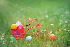 Kolorowi Wielkanocni jajka w koszu trójkołowiec Obrazy Royalty Free