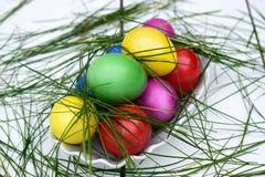 Kolorowi Wielkanocni jajka w koszykowym temacie Obraz Stock