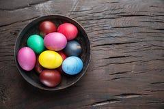 Kolorowi Wielkanocni jajka w pucharze na drewnianym stole Atrybut Wielkanocny świętowanie obrazy stock