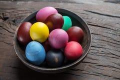 Kolorowi Wielkanocni jajka w pucharze na drewnianym stole Atrybut Wielkanocny świętowanie obraz royalty free