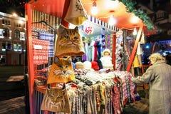 Kolorowi woolen odzieżowi, konsumpcyjni i Ryscy Uliczni boże narodzenia Wprowadzać na rynek Zdjęcia Stock