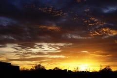 Kolorowi zmierzchów nieba w miasteczku obraz stock