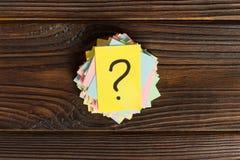 Kolorowi znaki zapytania pisać przypomnienie biletach pyta lub biznesowy pojęcie Fotografia Stock