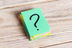 Kolorowi znaki zapytania pisać przypomnienie biletach pyta lub biznesowy pojęcie Fotografia Royalty Free