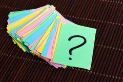 Kolorowi znaki zapytania pisać przypomnienie biletach na drewnianym tle Obraz Royalty Free