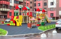 Kolorowy Ñ  hildren boisko dla dzieciaków w nowym okręgu z ma Obrazy Stock