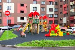 Kolorowy Ñ  hildren boisko dla dzieciaków w nowym okręgu z ma Fotografia Stock