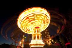 Kolorowy łańcuch huśtawki carousel w ruchu przy parkiem rozrywki przy nocą obraz royalty free