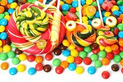 Kolorowy ślimakowaty lizak z czekoladą - pokryty cukierek obraz stock