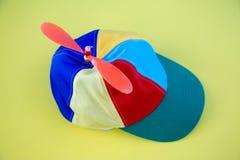 Kolorowy śmigłowy kapelusz na tle zdjęcia stock