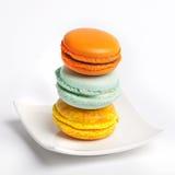 Kolorowy świeży makarons tort na talerzu Zdjęcie Royalty Free