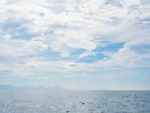 Kolorowy świt nad denną plażą Obrazy Stock
