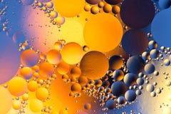 Kolorowy abstrakcjonistyczny tło z olejem opuszcza na wodzie zdjęcie stock