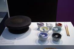Kolorowy akrylowy prochowy kolor w kuchennym moździerzu, tłuczek i mo Obrazy Stock