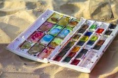Kolorowy akwarela set umieszczający na piaskowatej plaży zdjęcia royalty free