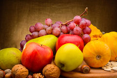 Kolorowy asortowany owoc na tkaniny tle Obraz Royalty Free