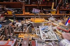 Kolorowy bałagan z różnorodnymi narzędziami na kowala stole fotografia stock