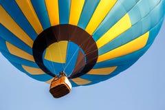 Kolorowy balonowy latanie w niebieskim niebie Zdjęcie Royalty Free