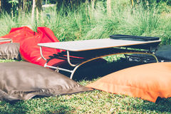 Kolorowy beanbag krzesło i skrótu stół dla pinkinu fotografia stock