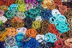 Kolorowy biżuteria kamienia klejnot w rynku lub bransoletka Tajlandia Zdjęcia Royalty Free