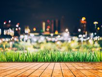 Kolorowy bokeh miasto linia horyzontu od drewno stołu w nighttime Obrazy Royalty Free