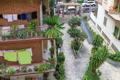 Kolorowy budynek mieszkalny z balconys w Rzym, Włochy Fotografia Royalty Free