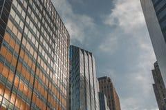 Kolorowy budynek na niebieskim niebie obraz stock